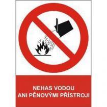 Zákazová bezpečnostní tabulka - Nehas vodou ani pěnovými přístroji, 297 x 210 mm, samolepicí fólie