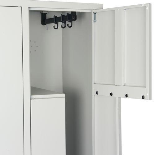 Svařovaná šatní skříň Manutan Carl, dveře Z, 4 oddíly, cylindrický zámek, šedá/modrá